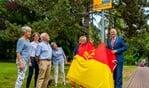Burgemeester Sicko Heldoorn onthult het bord dat aangeeft dat ook de Parklaan een buurtpreventievereniging heeft.