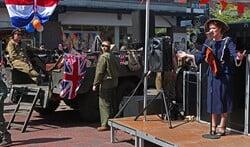 De oude legervoertuigen komen langs en de winkeliersvereniging zorgt voor bijpassend entertainment.