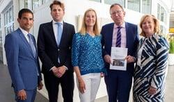Onderhandelaars Maarten Hoelscher, Rutger Rebel, Jessica Prins en Marlous Verbeek met Erwin Ormel.