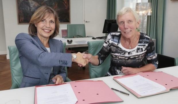 Alliantie-directeur Joan van der Burgt en de Blaricumse wethoude Liesbeth Boersen eerder tijdens de ondertekening van een akkoord over de toekomst van de sociale woningvoorraad.