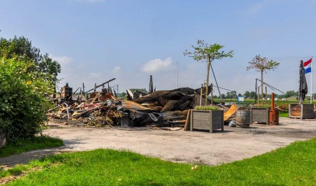 Wat er nog over is van restaurant Uit & Meer bij Fort Uitermeer wordt vandaag weggehaald.