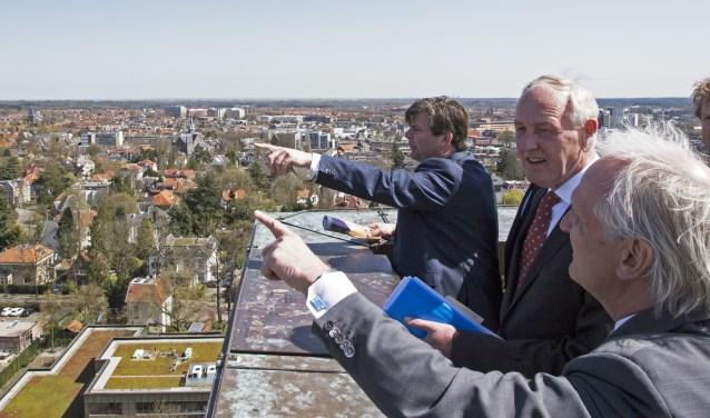 Commissaris van de Koning Remkes ziet de regio vanaf het Hilversumse raadhuis.