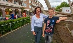 Blije gezichten bij Alan von Michaelis van de petitie voor de koopzondag en Anita Koning van Winkeliersvereniging Oostermeent.