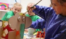 Kinderen zijn creatief bezig.