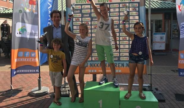 Wethouder Roland Boom met de vier besten van het Huizer Knikkerkampioenschap.