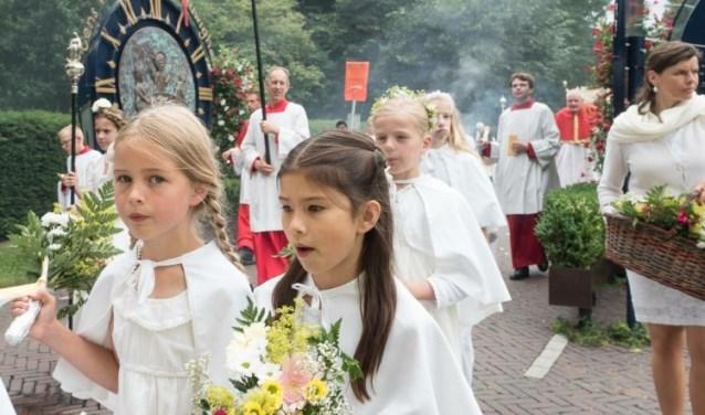 Bruidjes in de processie.