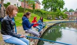 De leerlingen mochten met materiaal van de hengelsportvereniging gaan vissen.