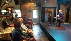 Ernst van der Sloot zingt een van de door hem gecomponeerde en geschreven nummers bij de tentoonstelling 'Groen Gooi'.