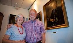 Wil en Carel Bast bij het portret van opa burgemeester Egberts.