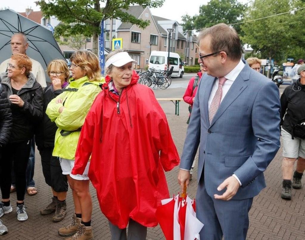 Burgemeester Roland van Benthem in gesprek met een van de wandelaars. Gemeente Eemnes © Enter Media
