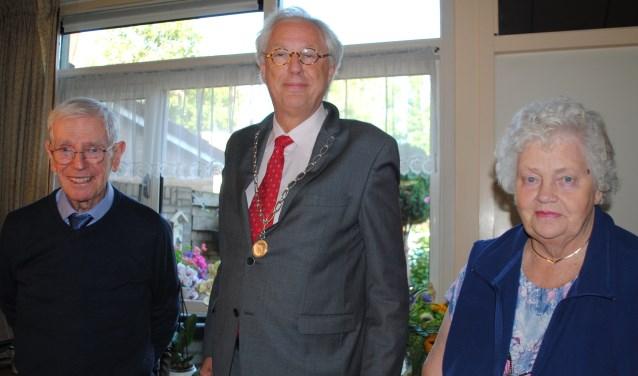 Burgemeester Van Bochove (m) op bezoek bij meneer en mevrouw Herremans-Baars.