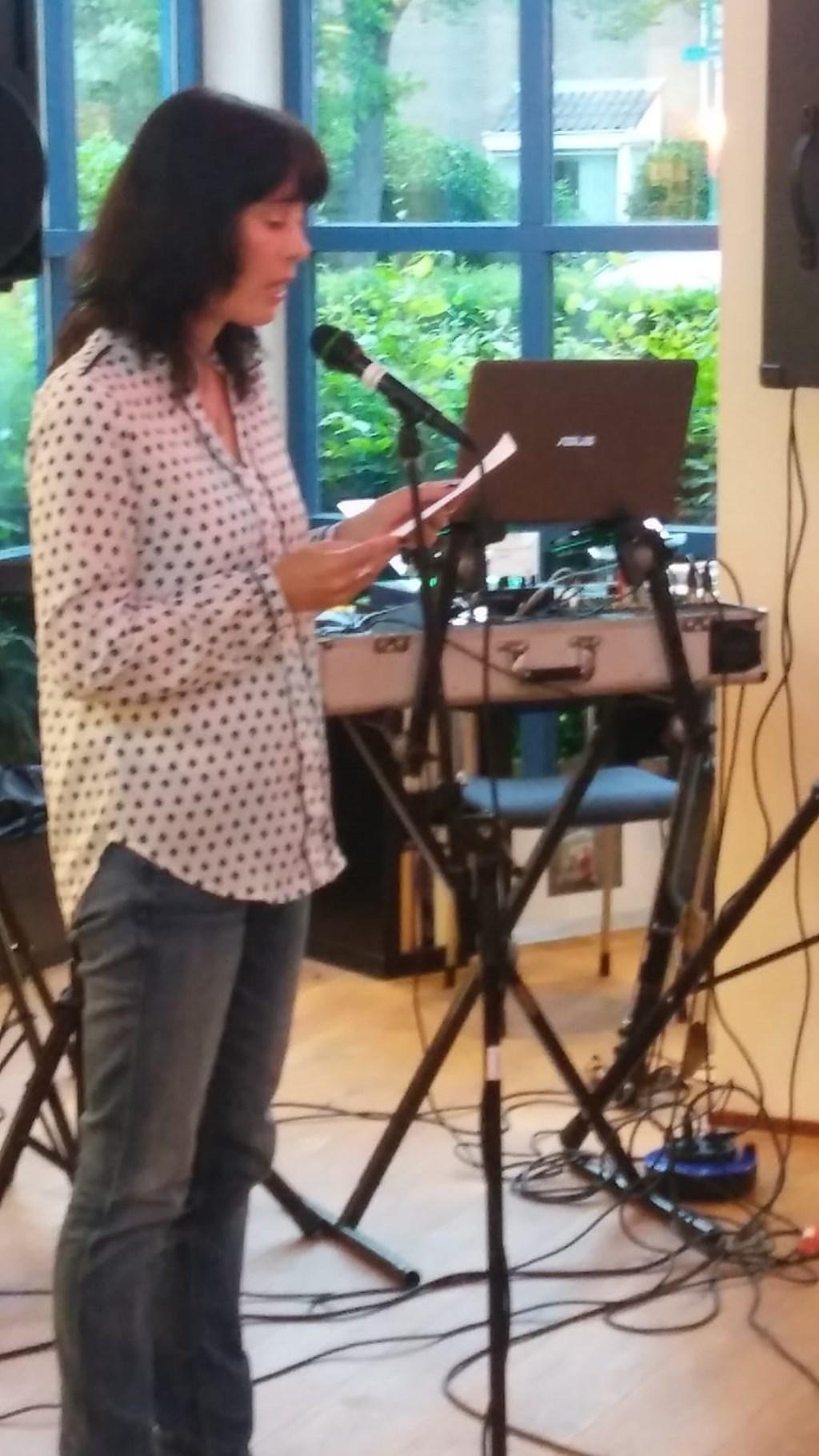Suzanne van Leendert leest het winnende gedicht. Foto: Gerard Beentjes © Enter Media