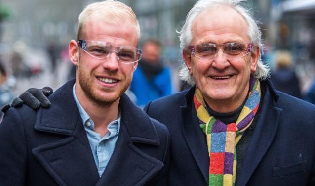 Burgemeester Broertjes samen met Davy Klaassen met een vuurwerkbril op.
