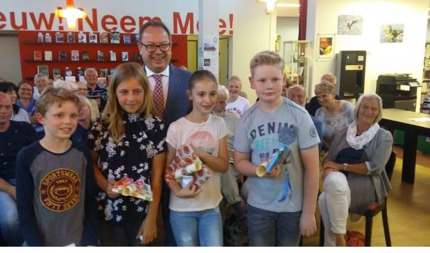 Burgemeester Van Benthem met de winnaars van de basisschool.