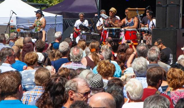 Het plein in het winkelcentrum stond vol met liefhebbers van de muziek van Massada.