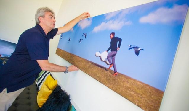 Feiko Koster hangt zijn werk op voor de expositie in deMess.