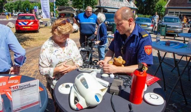Een bezoeker krijgt tips over brandveiligheid in en om het huis.