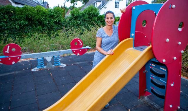 Marian van den Berge bij een van de openbare speelplaatsen. Ze hoopt dat mensen in ieder geval hier niet willen roken als er kinderen bij zijn.