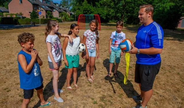 Speciaal voor de vakantie nam buurtsportcoach Mike kinderen mee naar het veldje naast de school in plaats van op het plein te sporten.