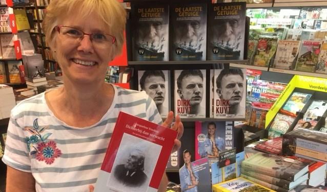 Jacqueline Vreeken met haar boek in Bruna in Diemen.