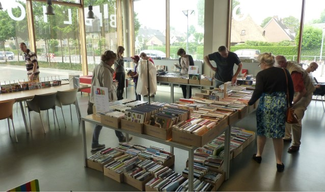 De bibliotheek houdt weer uitverkoop om ruimte te maken voor nieuwe boeken.