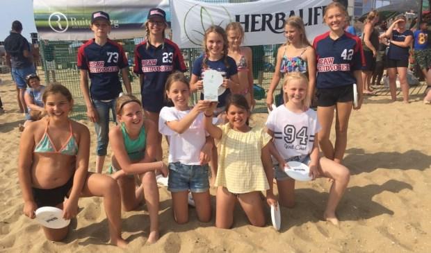 Softballen in het zand ging de meiden goed af.