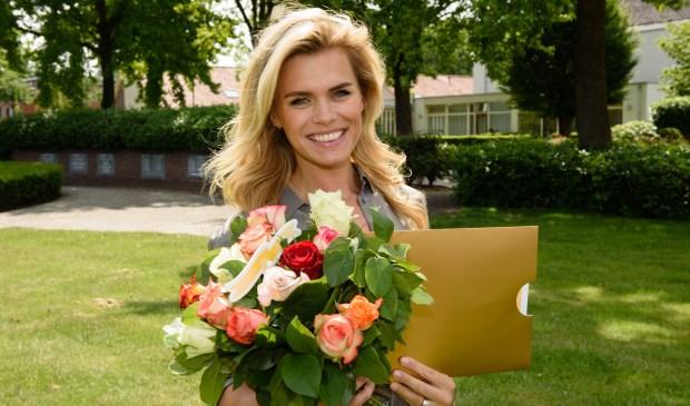 Nicolette van Dam is een van de Postcode Loterij ambassadeurs die winnaars blij maakt met een cheque.