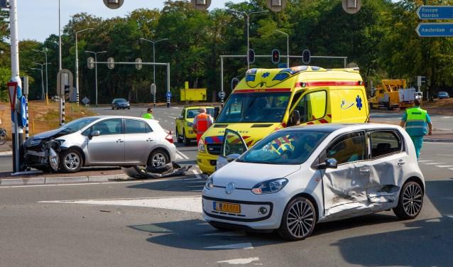 Flinke schade en twee gewonden bij een aanrijding bij de oprit naar de A1.