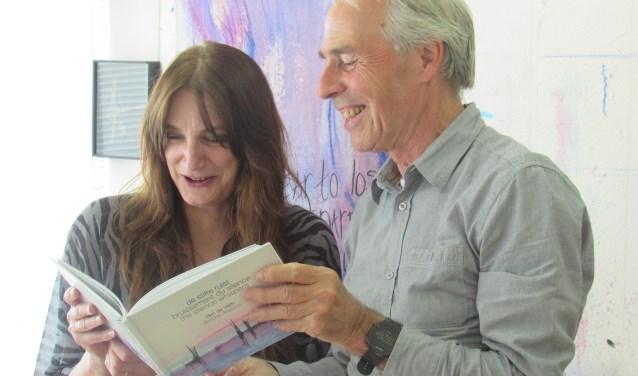 Ben de Veth en Simone Stawicki hopen veel mensen blij te maken met hun haikubundel 'De stilte ruist'.