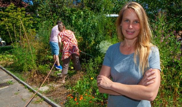 Lisa Schonewille in de moestuin achter de Koepelkerk.