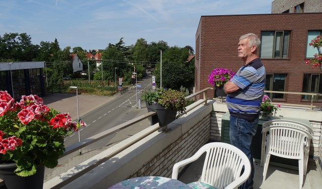 Jaap van Hassel op zijn balkon in het Bussum-complex aan de Brinklaan.