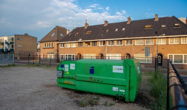 De container staat op zo'n twaalf meter van de huizen op de Kapelstraat af.