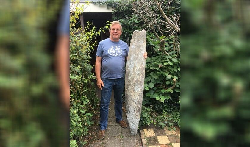 Guus Kroon met de propeller voor het monument.
