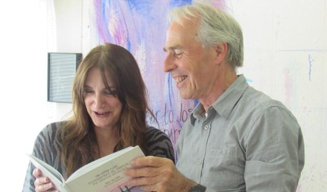 Ben de Veth en Simone Stawicki met hun haikubundel 'De stilte ruist'.