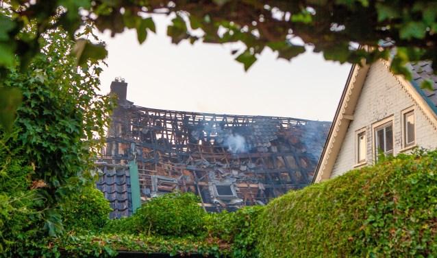 Op de plek waar de brand begon ligt zoveel puin, dat de precieze oorzaak van de brand niet meer te achterhalen is.