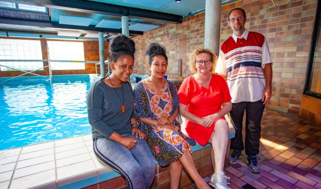 Van links naar rechts: Elen, Tsegereda, Pauline en Nathan bij het zwembad van Rebelsport.