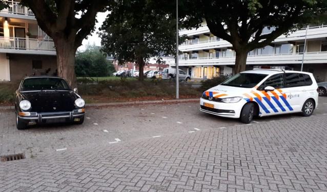 Politie Weesp komt gestolen Porsche veiligstellen.
