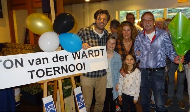 Ton van der Wardt en zijn familie na de onthulling van het bord 'Ton van der Wardt toernooi'.