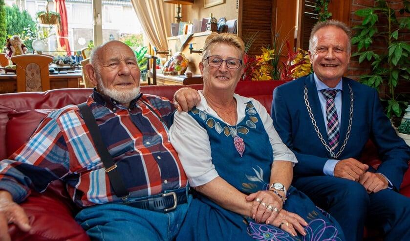Joop en Ans samen met de burgemeester op de bank.