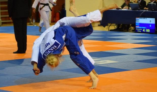 Nadiah, in het blauwe pak, strijdt om kwalificatie voor het NK.