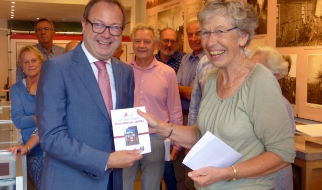 Het eerste boekje was voor burgemeester Roland van Benthem.