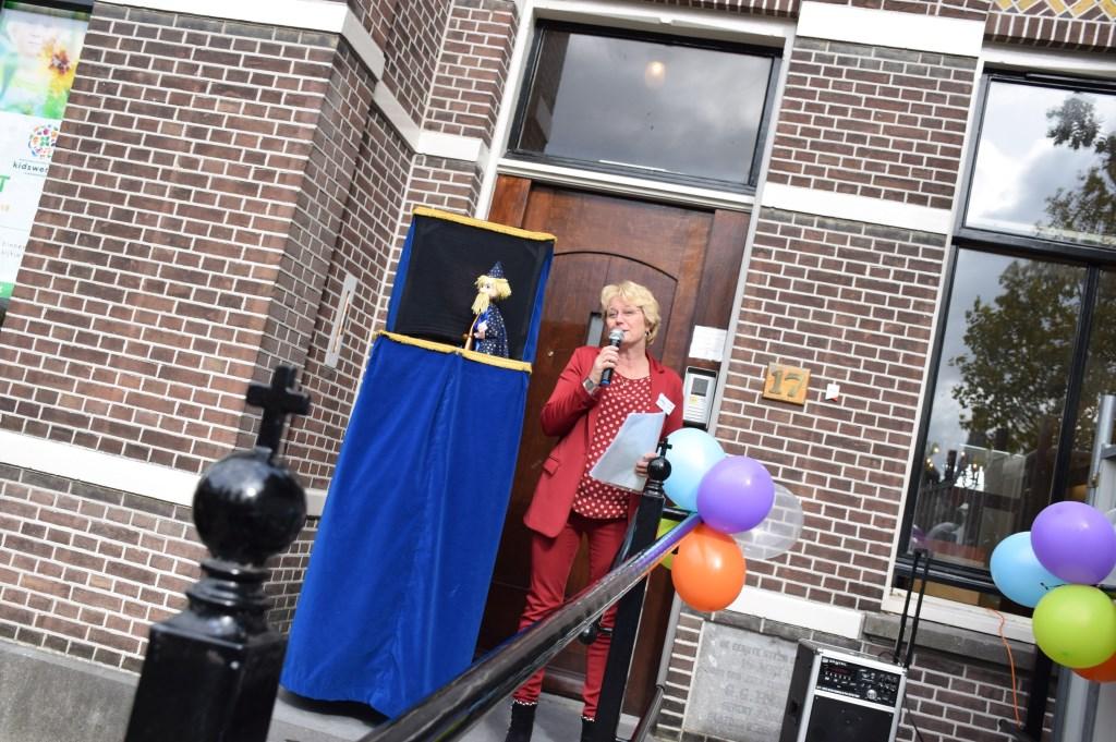 Willy Verweij voert het woord, waarbij ze onder anderen Cees van Vliet, de eigenaar van de pastorie en Lauerentiuskerk, voor haar steun.   © Enter Media
