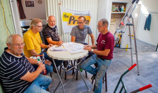 Het bouwteam van The Pride was vorige week zaterdag nog druk bezig. Tweede van rechts voorzitter Erwin van Wengen.