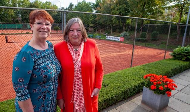 Links voorzitter Mieke Bos met Helen Knoop, een van de oprichters van de club.