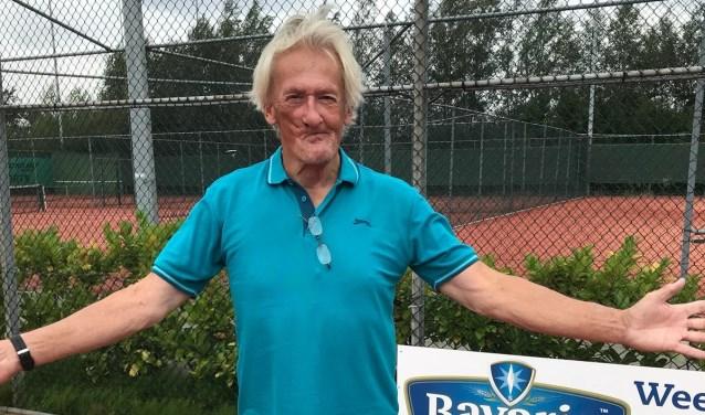 Ton Bartling ging vanuit het ziekenhuis direct naar de tennis voor een overwinningsfoto.