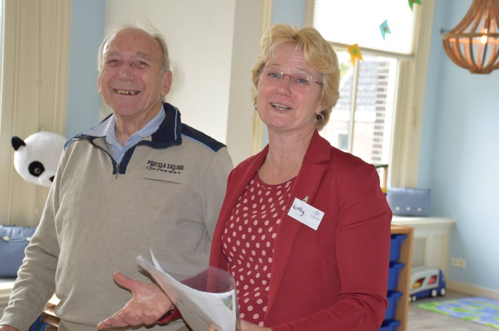 Oud en nieuw bijeen: voormalig pastor Jan Divendal wordt rondgeleid door Willy Verweij.  © Enter Media