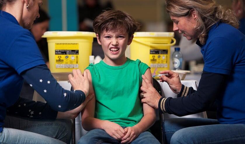 Het ziet er soms niet zo uit, maar voor kinderen is een vaccinatie eigenlijk een cadeau, vindt jeugdarts Anjella Huijgen.