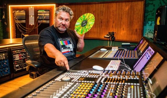 Hebbes Casting-eigenaar Wouter K achter de knoppen van de beroemde mengtafel in de Wisseloord Studios.