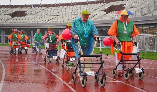 Regen en onweer teisterde de Nationale Rollatorloop in het Olympisch Stadion.