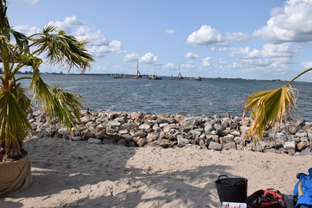 Vanaf een tropisch Blijburg kun je nog even de werkboten zien die Strandeiland gaan aanleggen.   © Enter Media